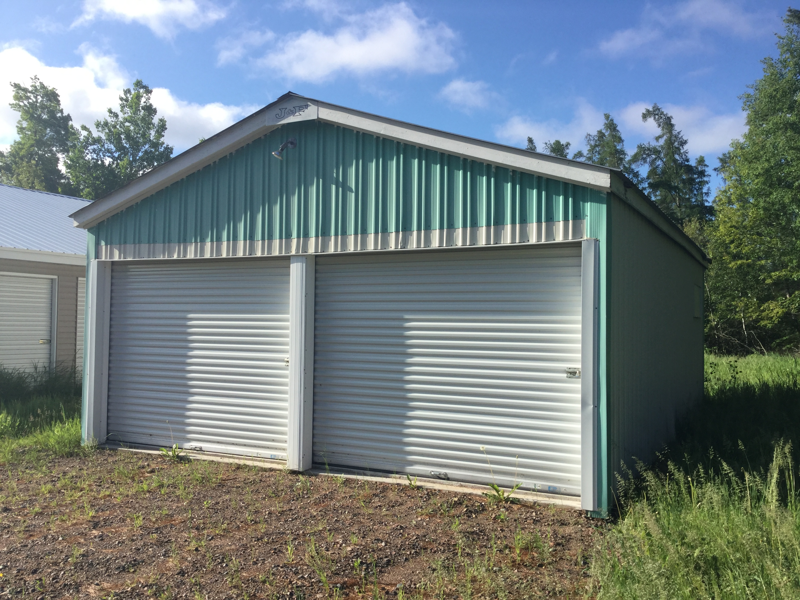 Storage buidling with two units with drive up access