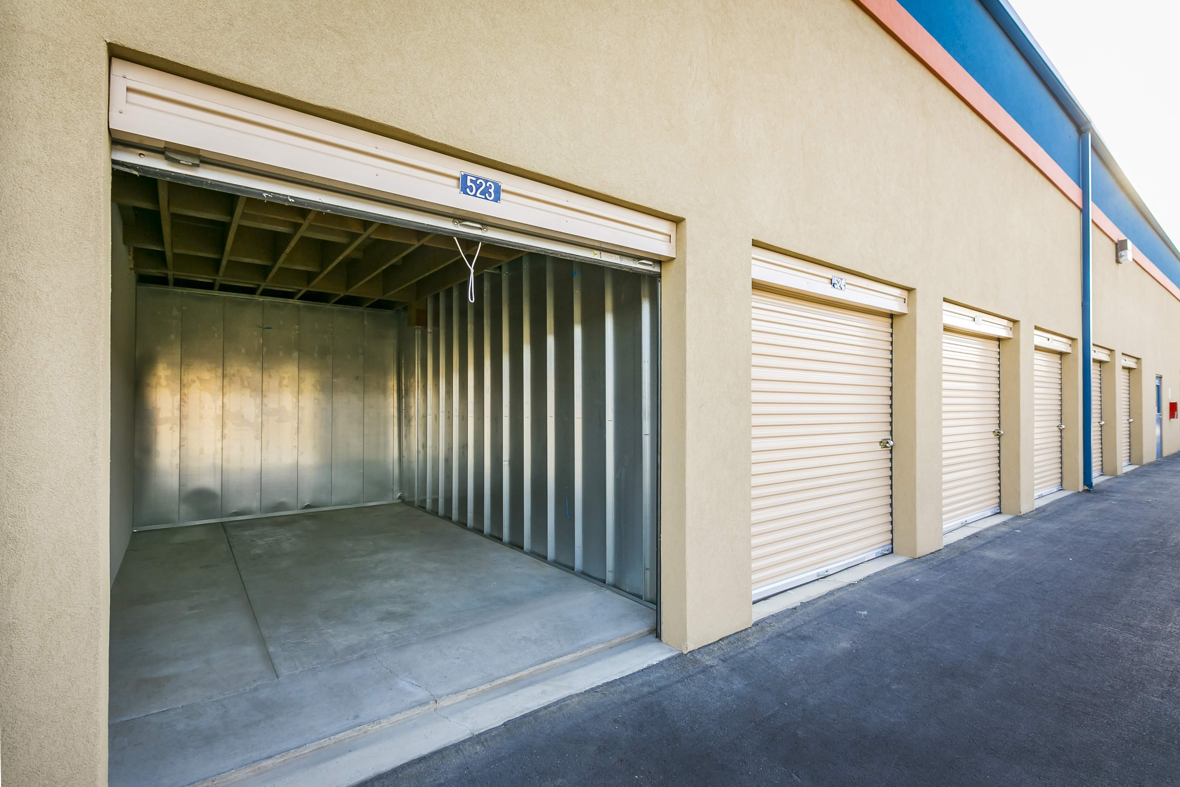 Storage unit with open door