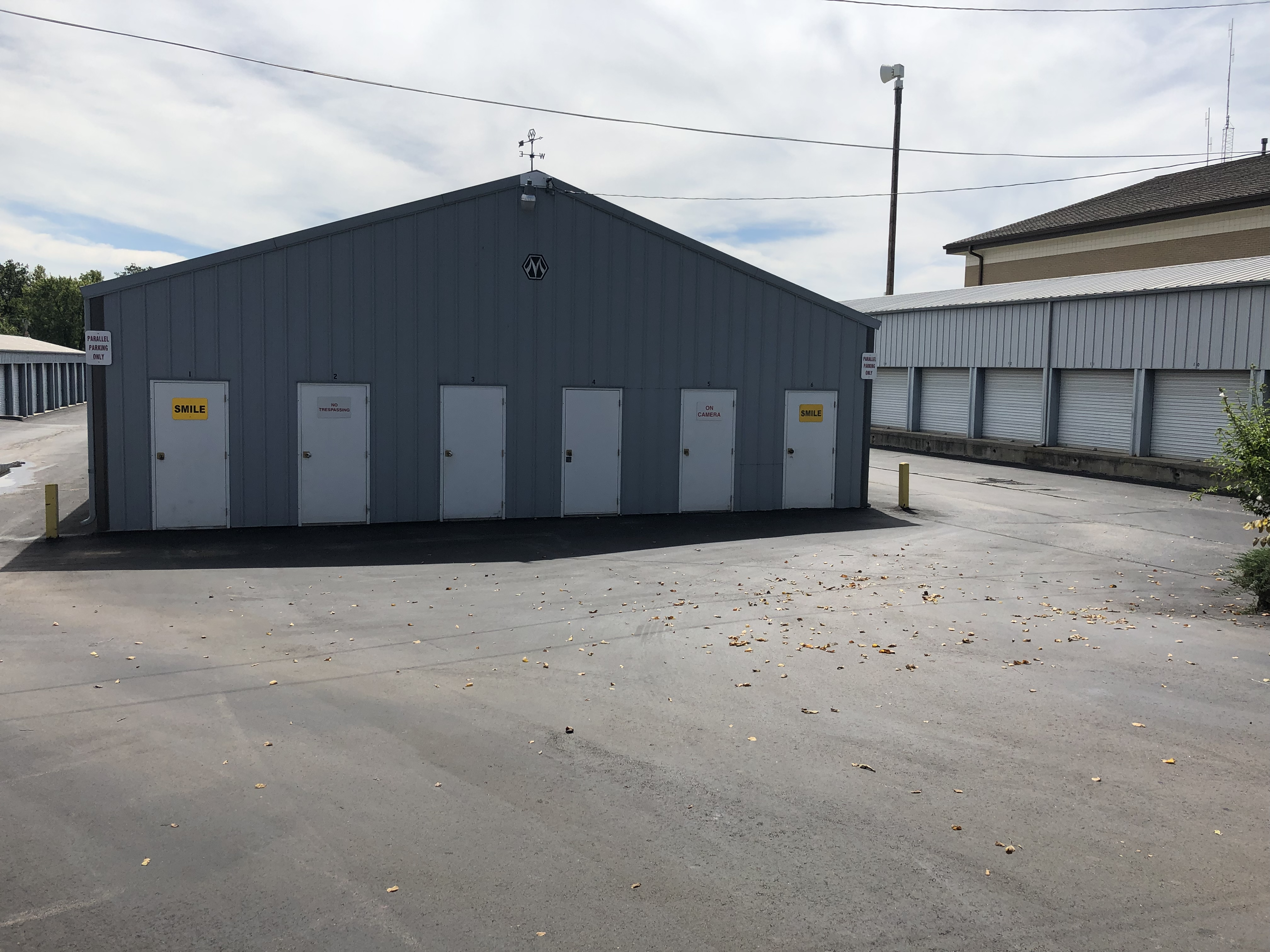 Storage building with outdoor access