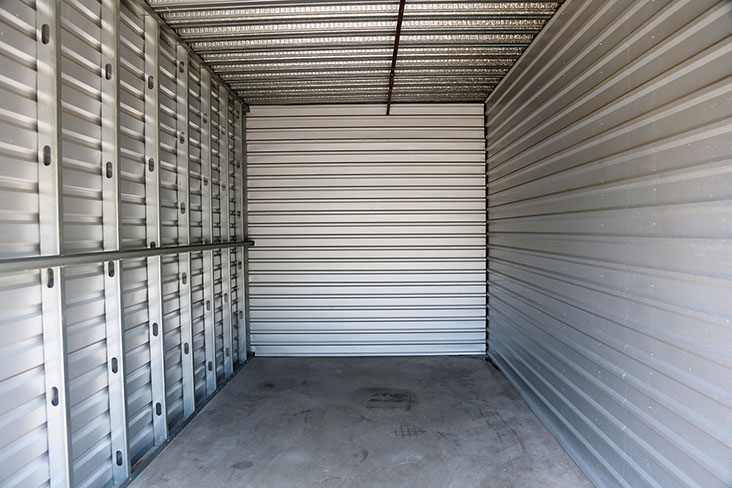 Gran unidad de almacenamiento 20x20 vacía esperando a ser rellenada.
