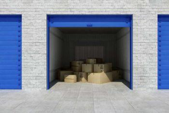Cajas de cartón en una unidad de almacenamiento.