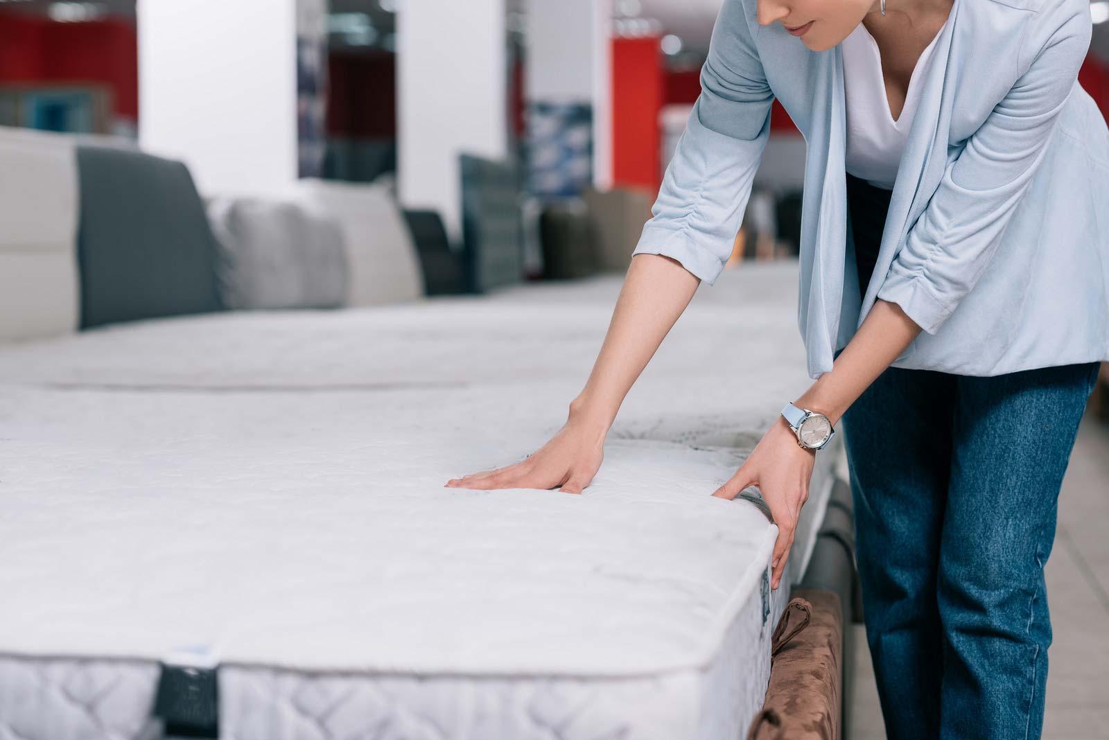 Une femme prépare un matelas pour l'entreposage