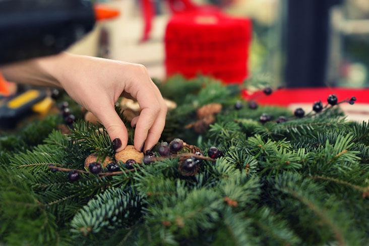 Una mujer prepara decoraciones festivas para su almacenamiento.