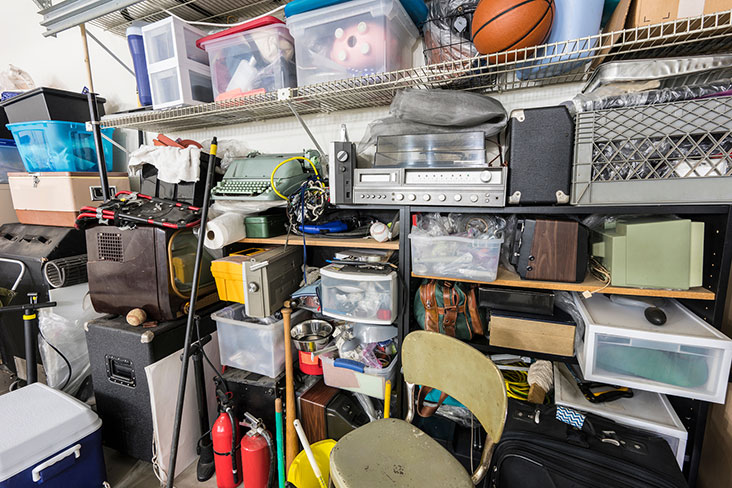 Cajas y equipamiento deportivo en una gran unidad de almacenamiento.