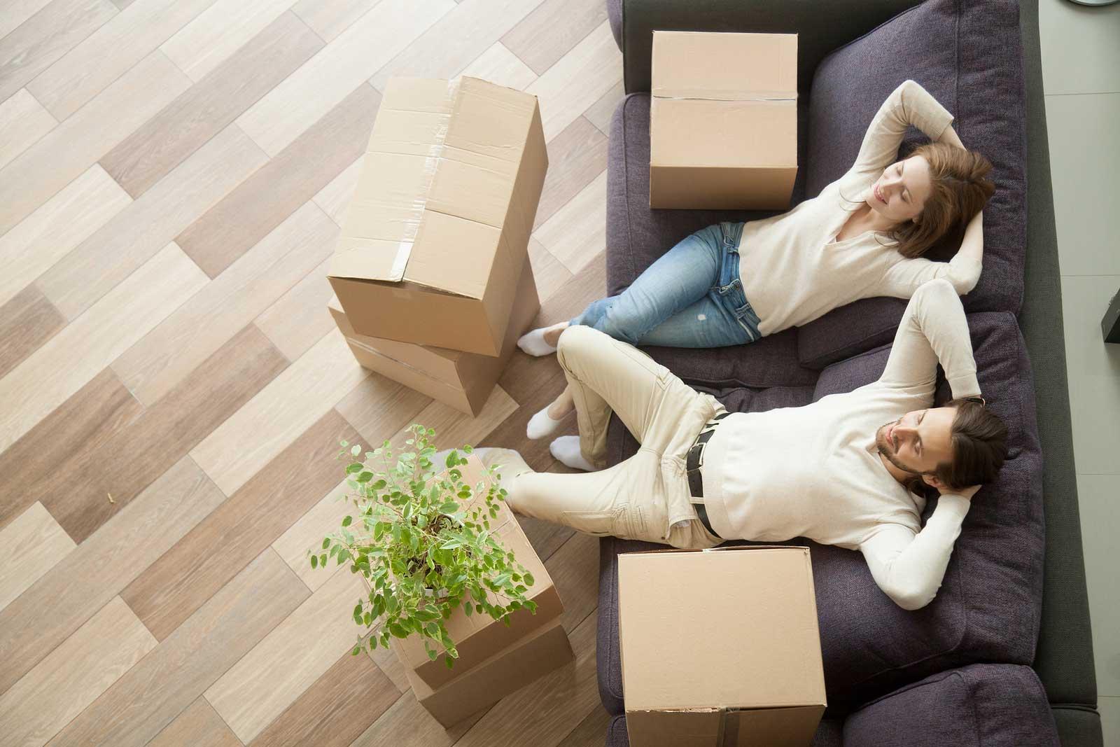 Pareja relajándose después de utilizar almacenamiento para apartamentos