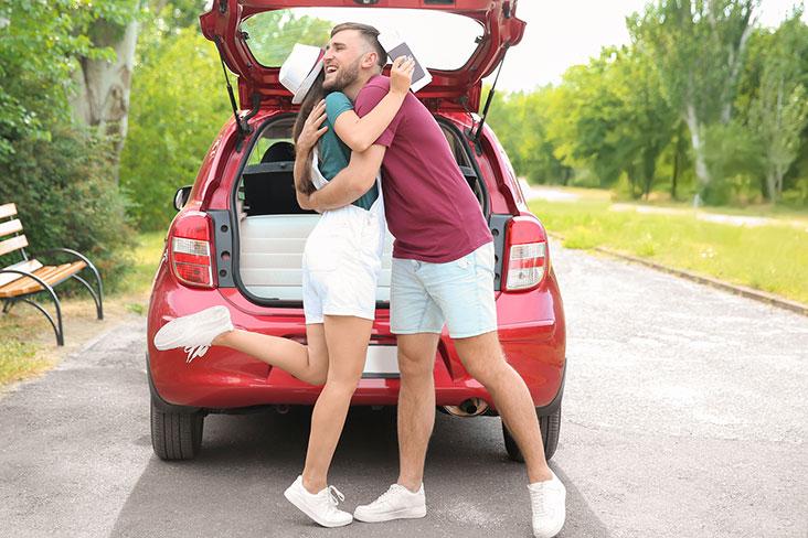 Los amigos de la universidad se preparan para regresar a la escuela con el auto lleno.