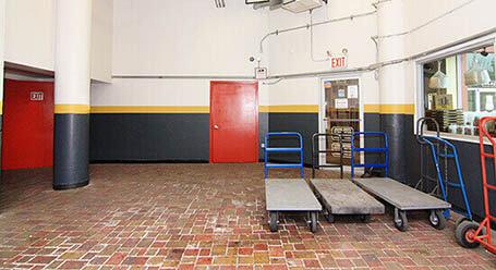 StorageMart en Jamacia Ave en Hollis Queens Zonas de carga cubiertas.