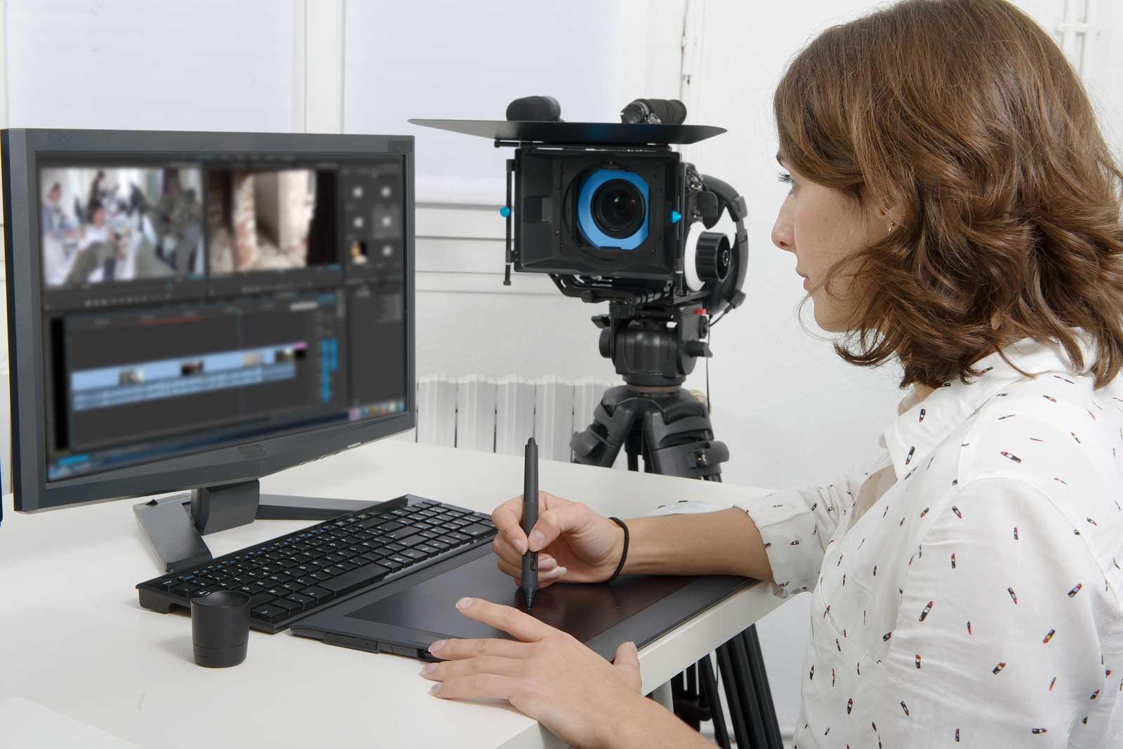 Une femme utilise un appareil vidéo et des appareils électroniques avant de les entreposer.