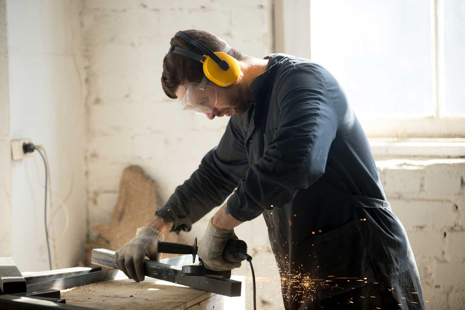 Un homme fait des rénovations avec des outils mécaniques.
